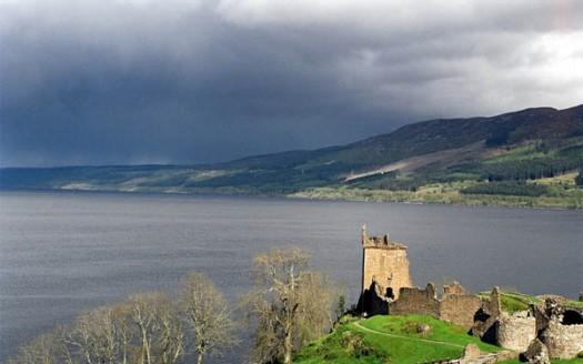 Lago Ness y ruinas del Castillo de Urquhart, Escocia (Reino Unido)